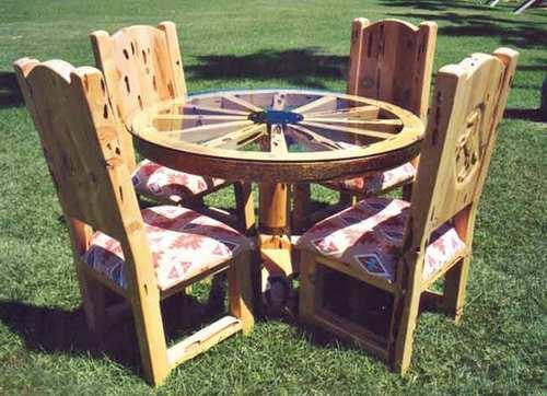 Садовый столик из колеса от телеги фото
