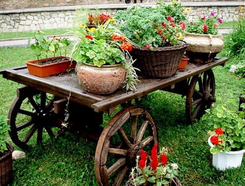 Телега с цветами для сада фото