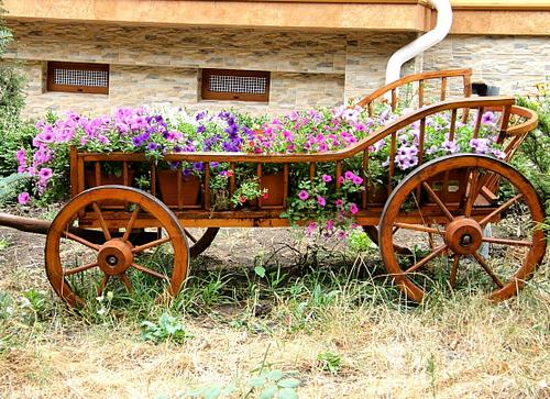 Декоративная телега с цветами фото