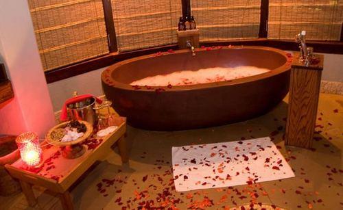 Как украсить ванную для романтического вечера