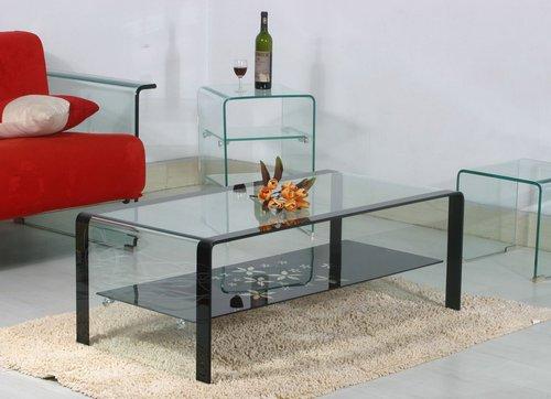 Стеклянные столики зрительно расширяют пространство