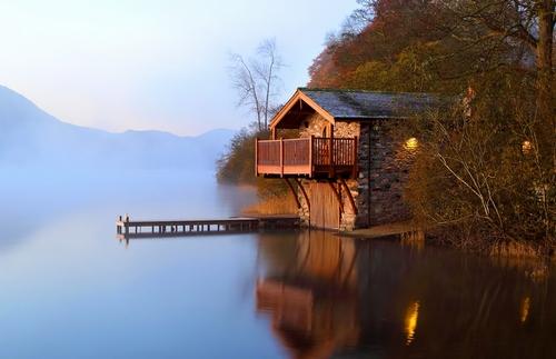 Домик на озере фото
