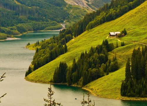 Домик в горах у реки