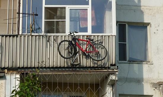Идея хранения велосипеда и санок за балконом