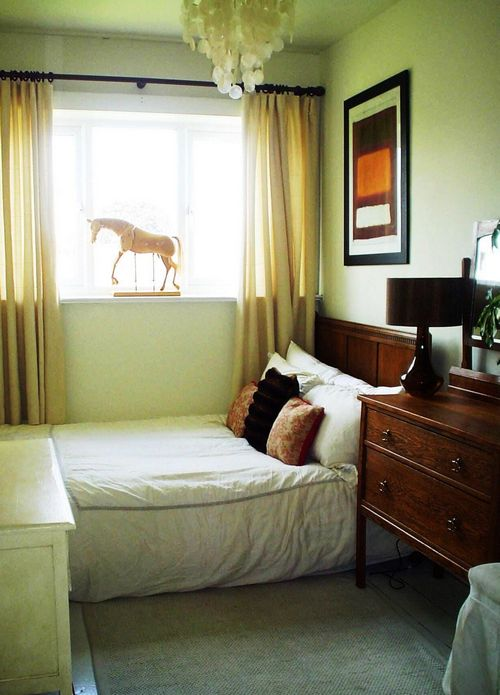 Желтые шторы для спальни в зеленых тонах