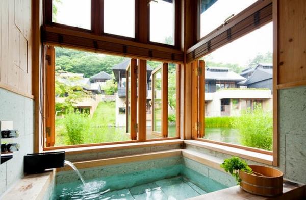 Большие окна в ванной комнате