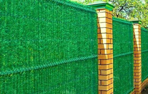 Чем закрыть забор из сетки рабицы фото