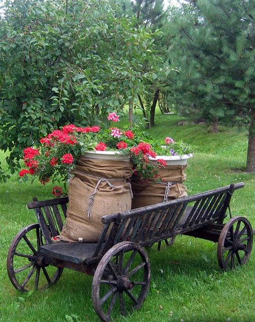Красивая телега в сельском стиле с цветами