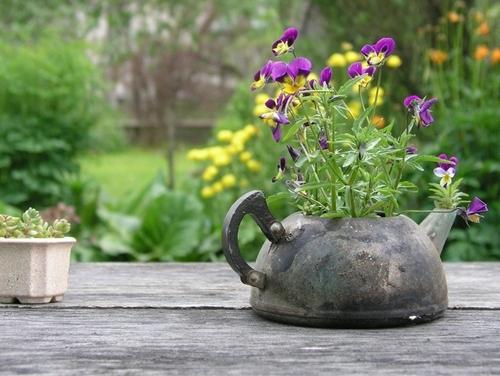Чайник-цветник в деревенском стиле