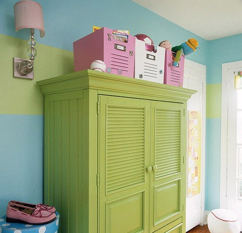 Коробки для игрушек на шкафу фото