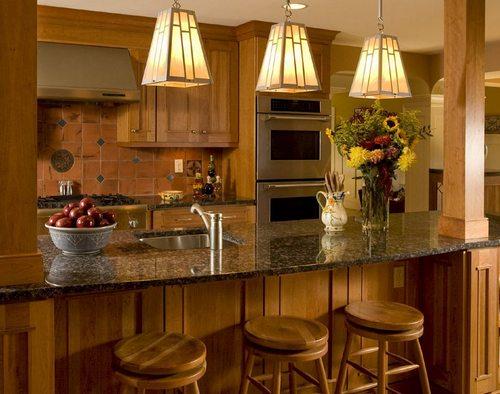 Уютная кухня с подвесными лампами