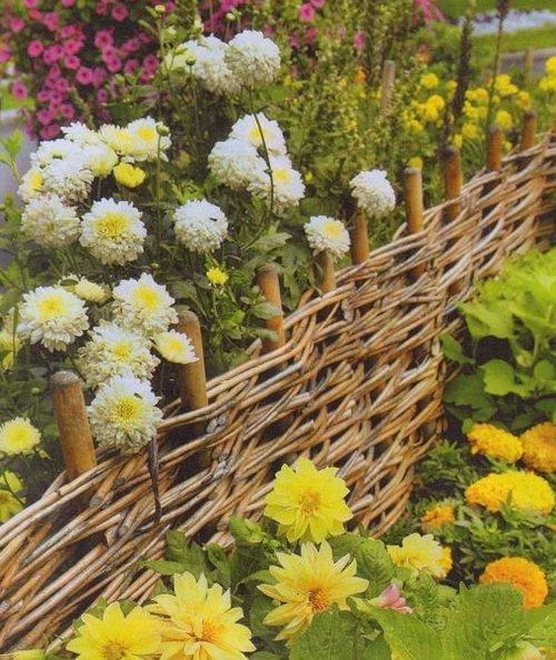 Красивый плетеный забор на клумбе