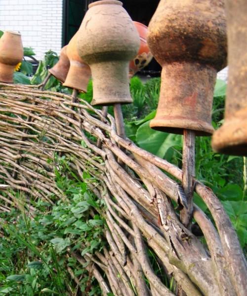 Как украсить плетень на даче