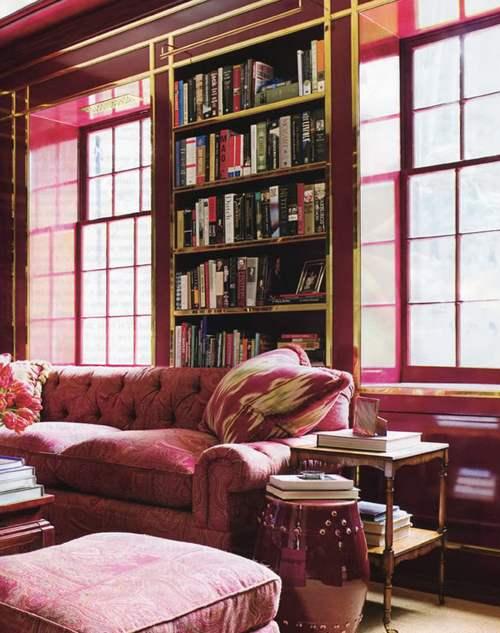 Бордово-золотистый интерьер гостиной