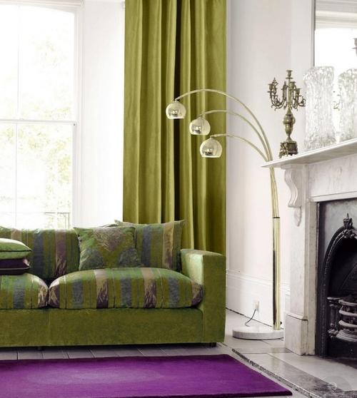Оливковые шторы и диван в интерьере