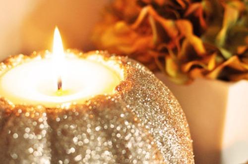 Свеча из тыквы, украшенной блестками