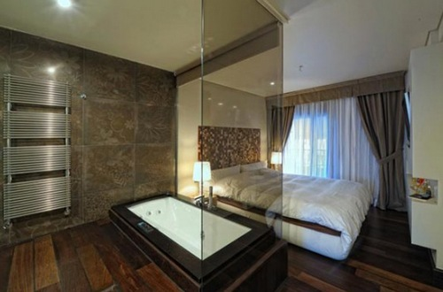Стеклянные перегородки для ванны в спальне