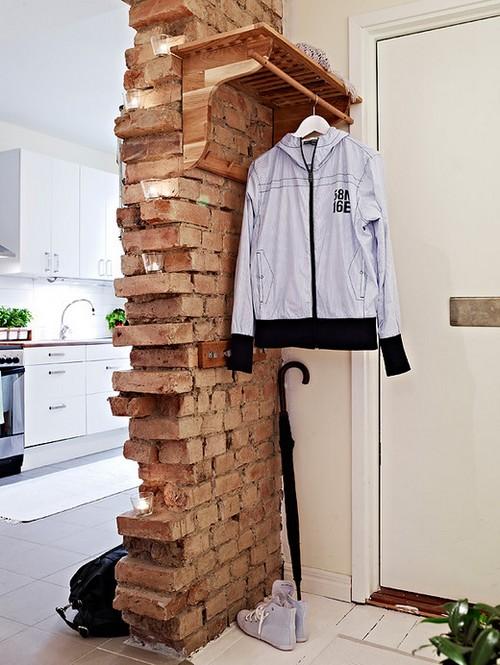 Имитация недостроенной стены из кирпича в квартире-студии