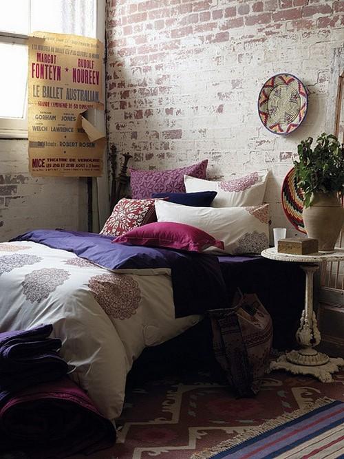 Старый кирпич в интерьере спальни
