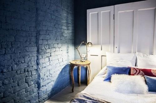 Крашеный кирпич в интерьере спальни