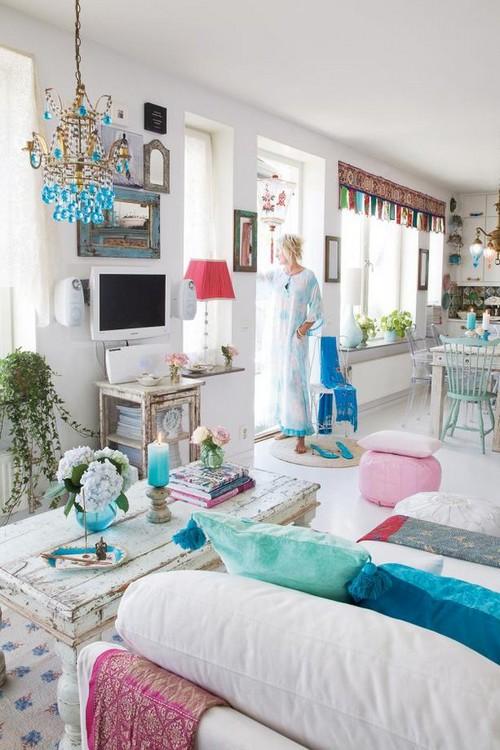 Комната с белыми стенами в стиле бохо