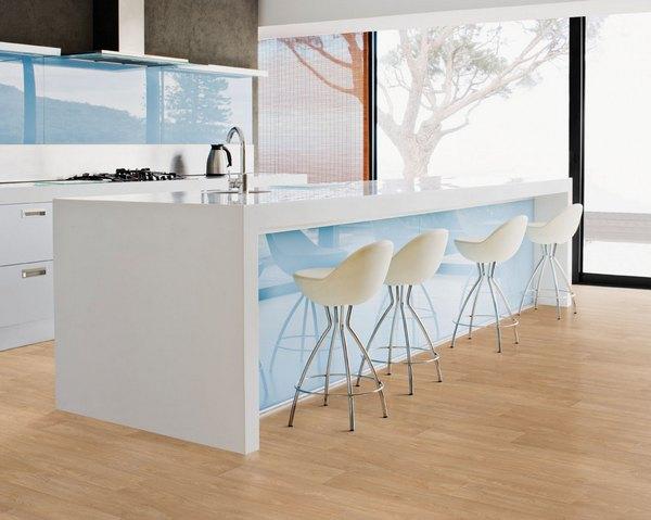 Современная кухня с большими окнами в стиле минимализм