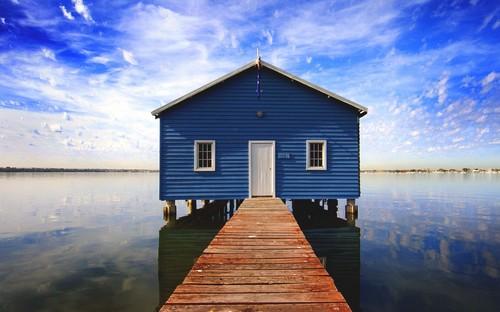 Дом на озере на сваях