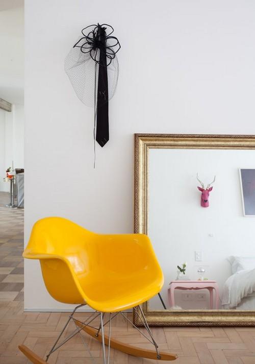 Желтое кресло качалка для дома
