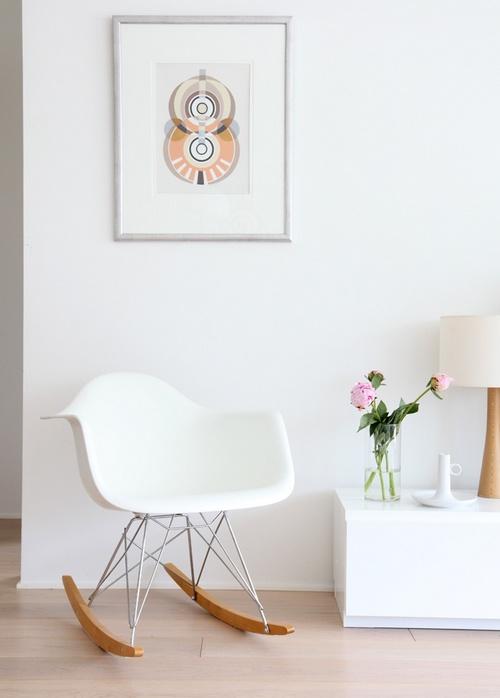 Белое кресла качалка для дома