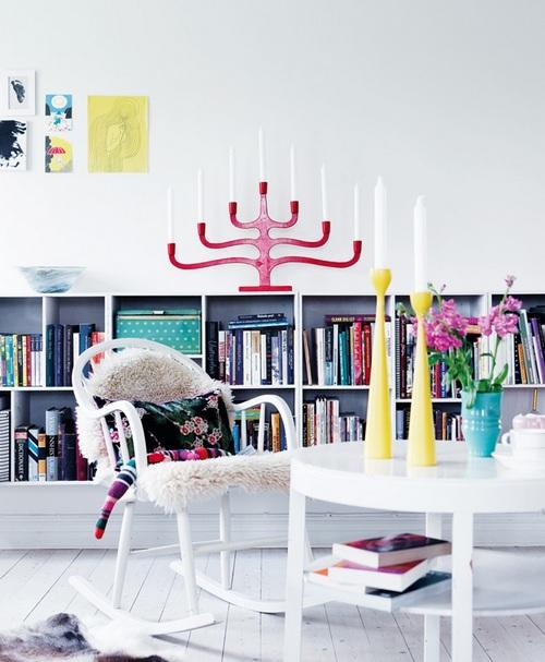 Белое кресло-качалка с шкурой