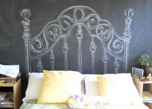 Изголовье нарисованное на грифельном покрытии стен