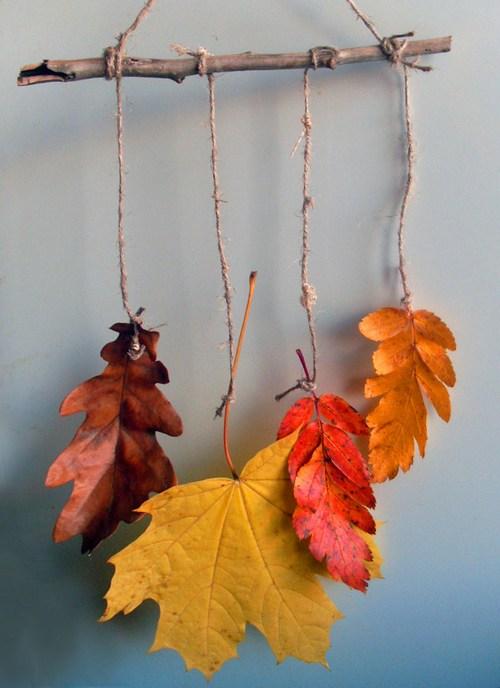 Декор из сухих листьев на ветке