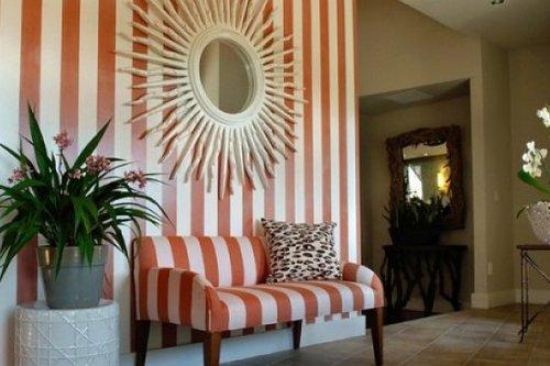Полосатая мебель и стены в интерьере
