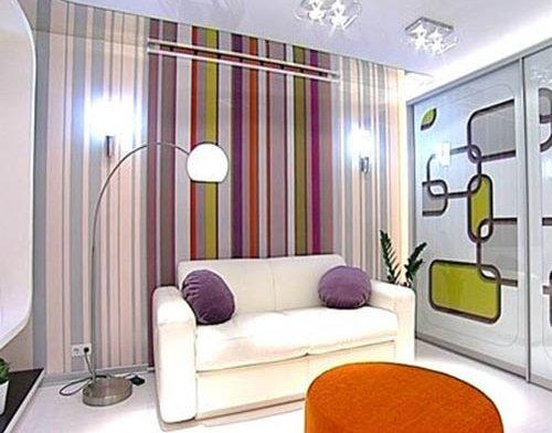 Применение вертикальной полоски в интерьере гостиной