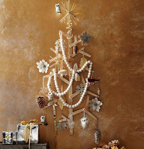 Необычная елка на стену с оригинальным декором фото