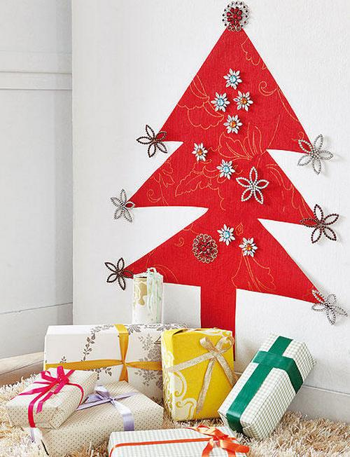 Красная елочка на стене фото