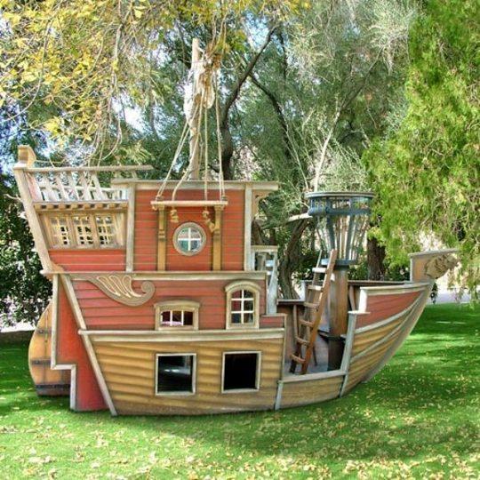 Игровой домик-корабль для дачи