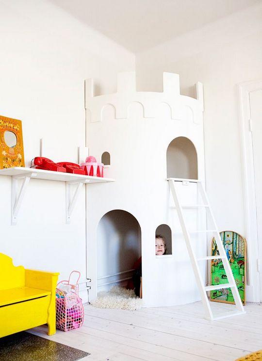 Игровой домик-башня в углу детской комнаты