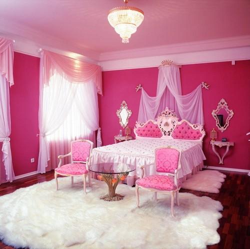 Сочетание малинового и белого цвета в интерьере спальни