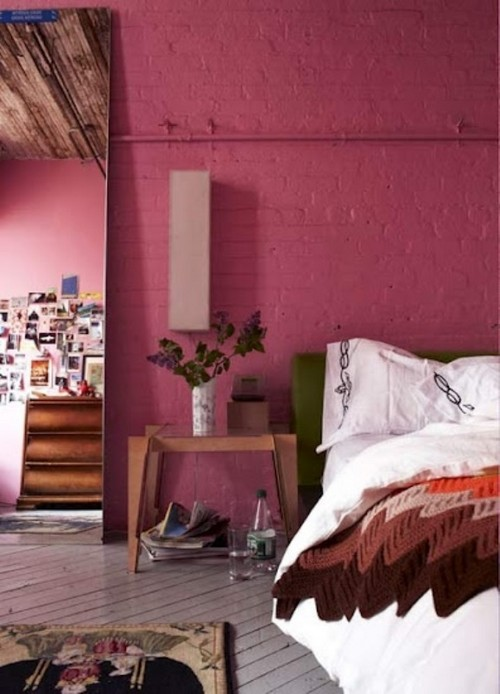 Кирпичная стена малинового цвета фото
