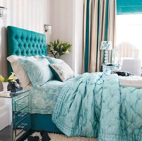 Сочетание мятного и белого в интерьере спальни