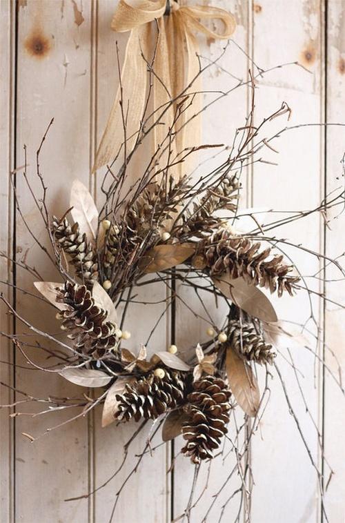 Венок из шишек, веток и сухих листьев