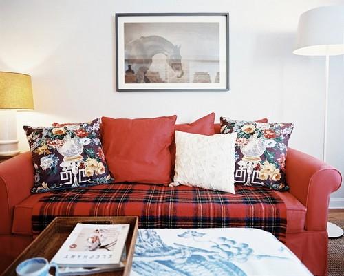 Вишневый диван в гостиной фото