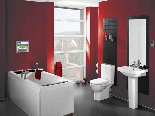 Стены в ванной вишневого цвета в сочетании с белой сантехникой