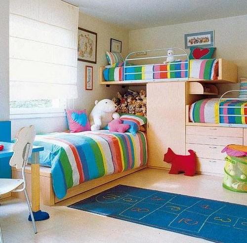 Компактная и уютная детская комната для троих детей фото