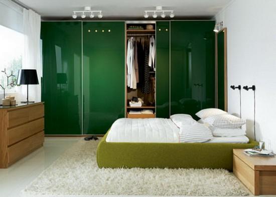 Шкаф-купе в спальне изумрудного цвета