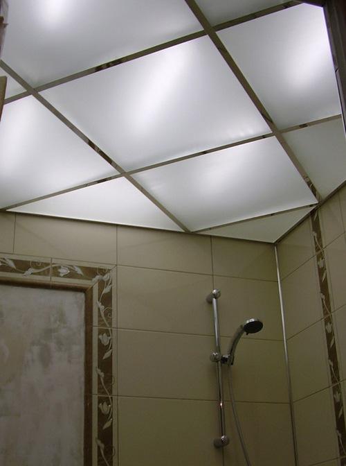 Стеклянные потолки в ванной с подсветкой фото