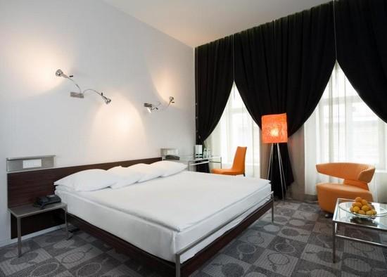 Кровать в спальне для молодоженов фото