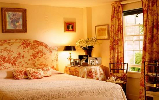 Живые цветы в спальне супругов