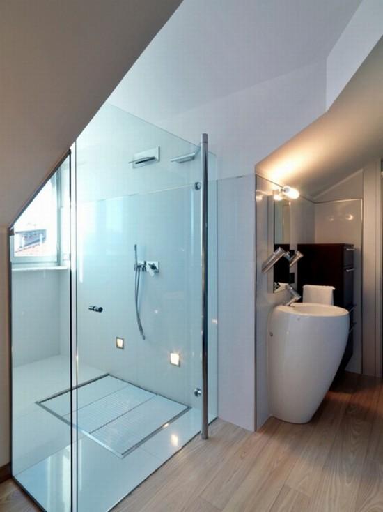 Душевая кабинка в мансардной ванной комнате